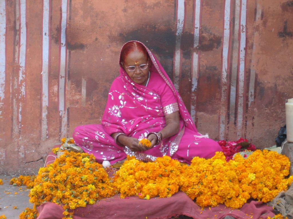 vendeuse de fleurs jaipur inde